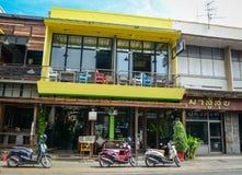 Trafik på gatan i Chiang Mai, Thailand Arkivfoton