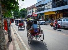Trafik på gatan i Chiang Mai, Thailand Royaltyfri Foto