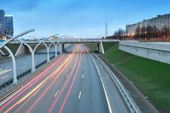 Trafik på huvudvägen från bron på natten med bron arkivfoto