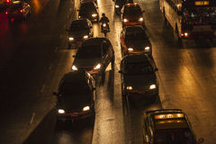 Trafik på huvudvägen i Bangkok på Arkivfoto
