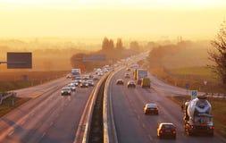 Trafik på huvudvägen med bilar royaltyfri fotografi