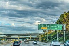Trafik på motorväg 405 i Los Angeles Fotografering för Bildbyråer