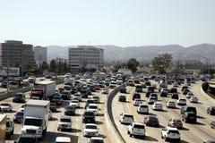 Trafik på 405 motorväg Los Angeles CA royaltyfria bilder