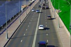 Trafik på motorvägen med bilar arkivfoto