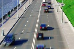 Trafik på motorvägen med bilar royaltyfria bilder