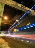 Trafik på natten royaltyfri bild