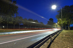 Trafik på natten Arkivbilder