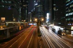 Trafik på natten i Hong Kong Royaltyfri Foto