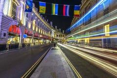 Trafik på natten i London Arkivbild