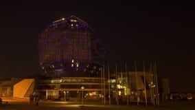 Trafik på natten nära byggnaden stock video
