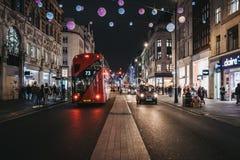 Trafik på nya Oxford Street som dekoreras med julljus, London, UK arkivbilder