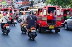 Trafik på Phuket gator i hög turist- säsong Royaltyfria Bilder