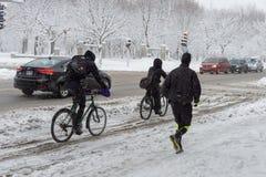Trafik på Rachel Street under snöstorm arkivfoto