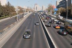 Trafik på 3rd Ring Road i Peking. Kina Arkivfoton