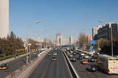 Trafik på 3rd Ring Road i Peking. Kina Royaltyfri Fotografi