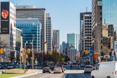 Trafik på universitetaveny i Toronto, Kanada Royaltyfria Bilder