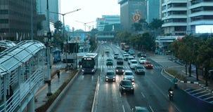 Trafik på vägen i den Jakarta staden arkivfilmer
