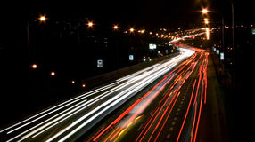Trafik på gatan på aftonen Royaltyfri Fotografi