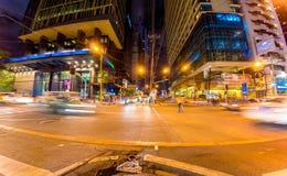 Trafik p? gatorna av Manila p? natten arkivfoto