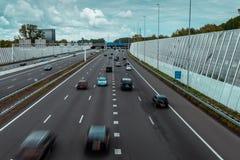 Trafik p? huvudv?gcirkeln A10 Amsterdam arkivfoto