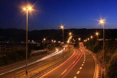 Trafik på huvudvägen Arkivfoto