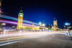 Trafik på natten i London Arkivbilder