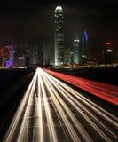 Trafik på natten i stads- stad Arkivbilder