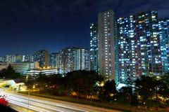 Trafik som är i stadens centrum på natten Fotografering för Bildbyråer