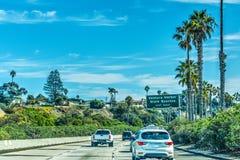 Trafik som är sydgående på motorväg 101 Arkivbild
