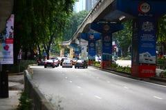 Trafik som bygger upp på Kuala Lumpur Malaysia Arkivfoto