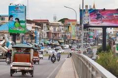 Trafik som korsar en bro i Phnom Penh, Cambodja royaltyfria foton