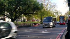 Trafik, taxi och röda London för dubbel däckare som bussar kör på Park gränden in mot marmorbågen, Hyde Park, London lager videofilmer