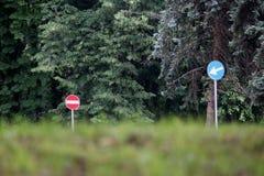 Trafik två undertecknar in skogen royaltyfria foton