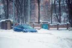 Trafik under tung häftig snöstorm Arkivbild