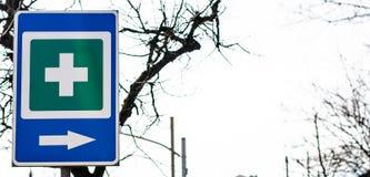 Trafik undertecknar in bakgrunden Arkivbild