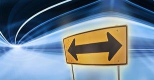 Trafik undertecknar in en färgrik huvudvägtunnel Arkivfoto