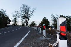 Trafikbarriär, säkerhetsväg på vägen Vägstaketbarriär Arkivbild