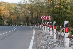 Trafikbarriär, säkerhetsväg på vägen Vägstaketbarriär Arkivfoto