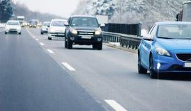 Trafikbilar på huvudvägen arkivbilder