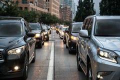 Trafikblodstockning efter arbetstid i New York City Folk som går från arbete och klibbar på aftonvägen Arkivbild