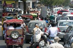 Trafikblodstockning, gataplats, stadsfolk i Indien fotografering för bildbyråer