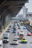 Trafikblodstockning på vägen royaltyfria bilder