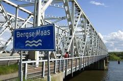 Trafikbro Keizersveer över floden Bergse Maas Arkivfoto