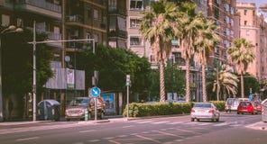 Trafikera atmosfär på en föreningspunkt på en stadsboulevard royaltyfri foto