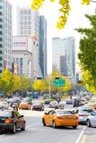 Trafikera att att närma sig på en upptagen väg till och med det Gangnam området Royaltyfri Fotografi