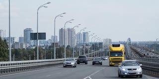 Trafikera att förbigå på den upptagna stadsbron i dag stock video