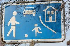 Trafikera det lugnade teckenslutet upp i gatan arkivbild