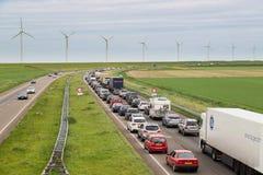 Trafikera flyttningar långsamt längs en upptagen huvudväg Royaltyfri Foto