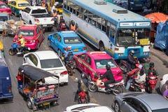 Trafikera flyttningar långsamt längs en upptagen väg i Bangkok, Thailand Arkivbild