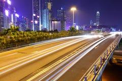 Trafikera i centra på natten Arkivfoto